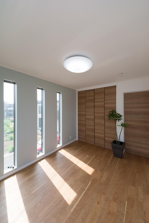 2F洋室/3連の縦すべり窓が、やさしい光とさわやかな風を室内へと誘います。
