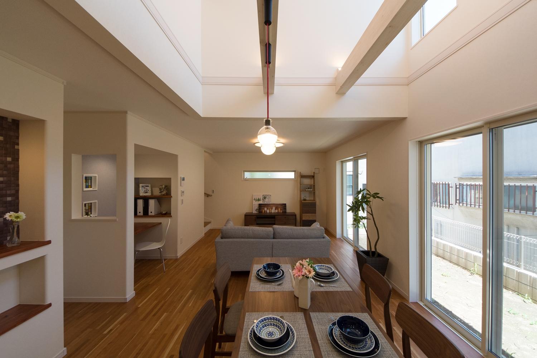 家族の集うLDKには、縦の開放感と優しい自然光に満たされる吹き抜け設計。