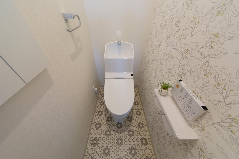 1Fトイレ/植物柄アクセントクロスと花柄フロアの「柄」×「柄」の組合せがオシャレ。