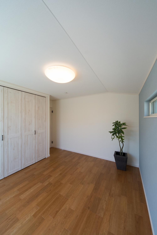 2F洋室/北欧スタイルの家具が良く似合うシャビーシックなホワイトの建具に淡いブルーグリーンのアクセントクロス。