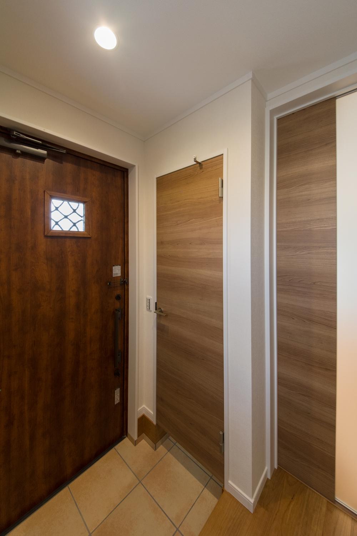 シューズクロークのある便利な玄関。木の温もり感じるで暖かみのある空間に