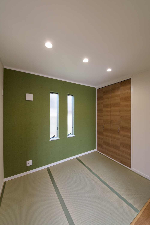 抹茶色のアクセントクロスが空間を彩る1F畳敷き洋室。