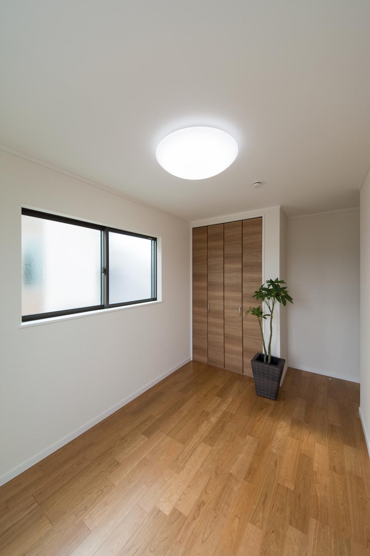 2F洋室/ブラックチェリーのフローリングがナチュラルな空間を演出します。