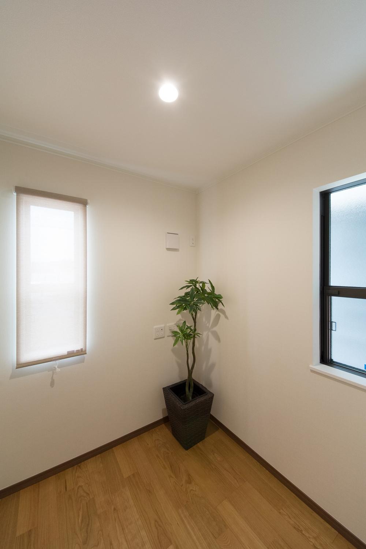 1階書斎スペース/誰にも邪魔されず、仕事や趣味に没頭できる、落ち着く空間。