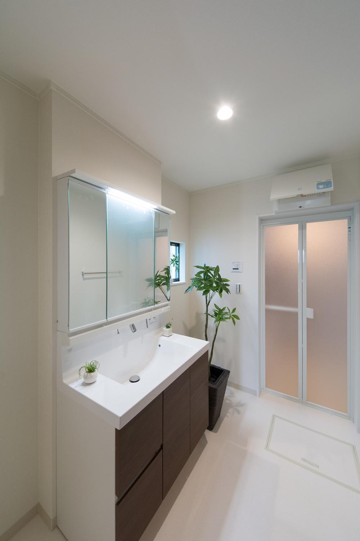 白を基調とした清潔感のあるサニタリールーム。洗面台はワイドなタイプで広々とお使いいただけます。
