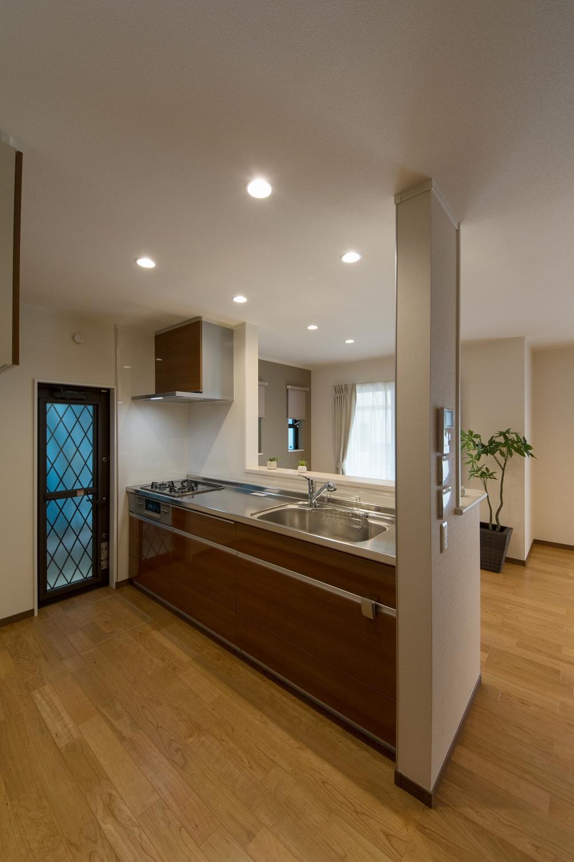 ゆったりとした木目を表現したブラウン系扉カラーでナチュラルな印象のキッチン。