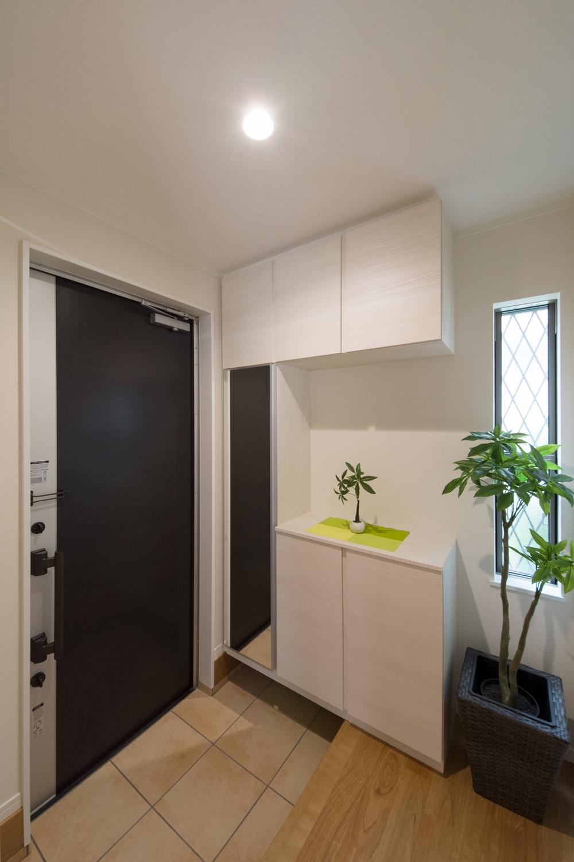 窓から自然光が差し込む明るい玄関。気持ち良くお客様をお迎えできます。