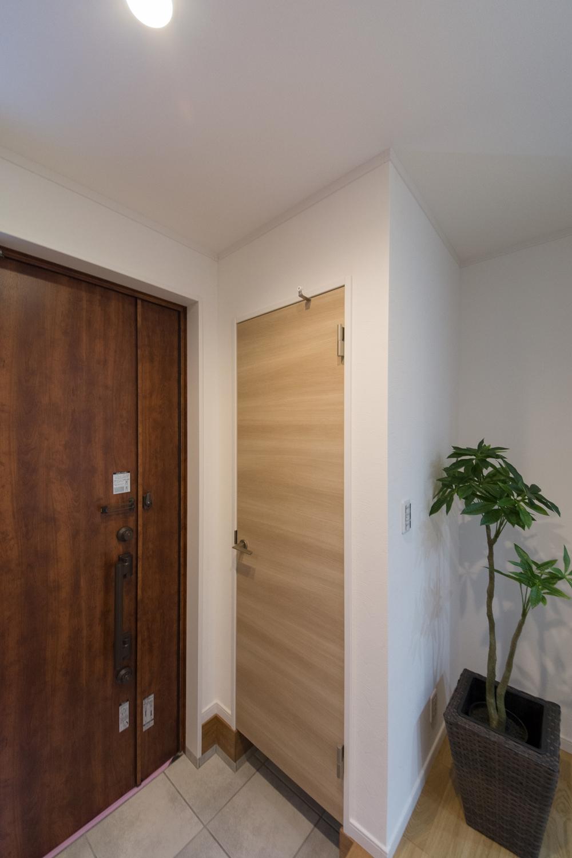 シューズクロークのある便利な玄関。ナチュラルな配色で暖かみのある空間に