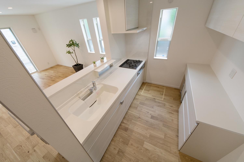 扉カラーをアイボリーで統一。清潔感のあるキッチンスペース。