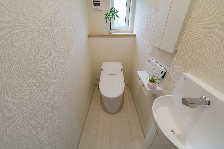 白を基調とした清潔感のある1階トイレ。手洗いを設置した使い勝手のよい空間です。