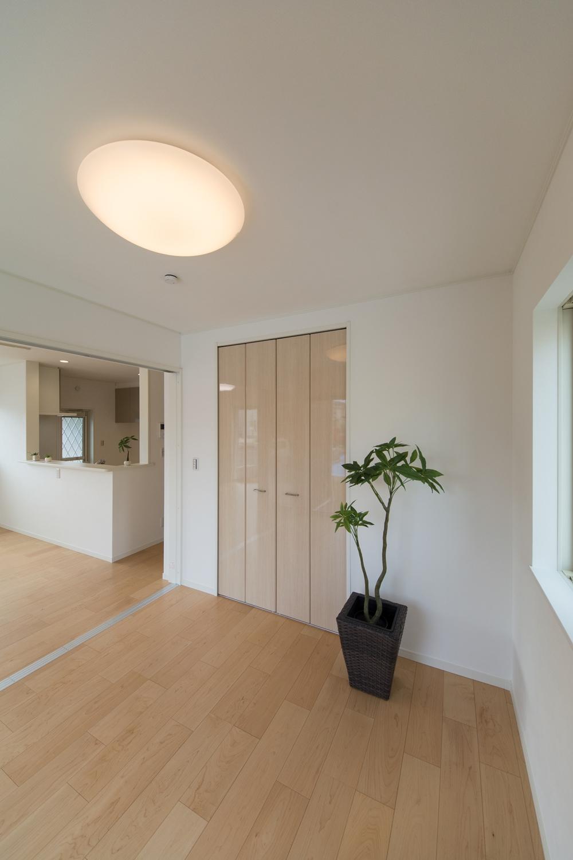 扉を開けてひとつなぎになった4.5帖の洋室はリビングに開放感をプラスしてくれます。
