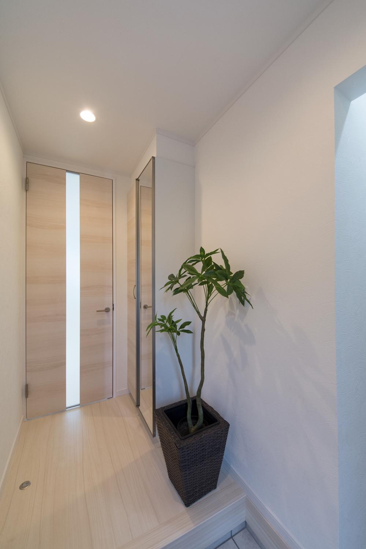 白を基調とした爽やかでスッキリした印象の玄関ホール。