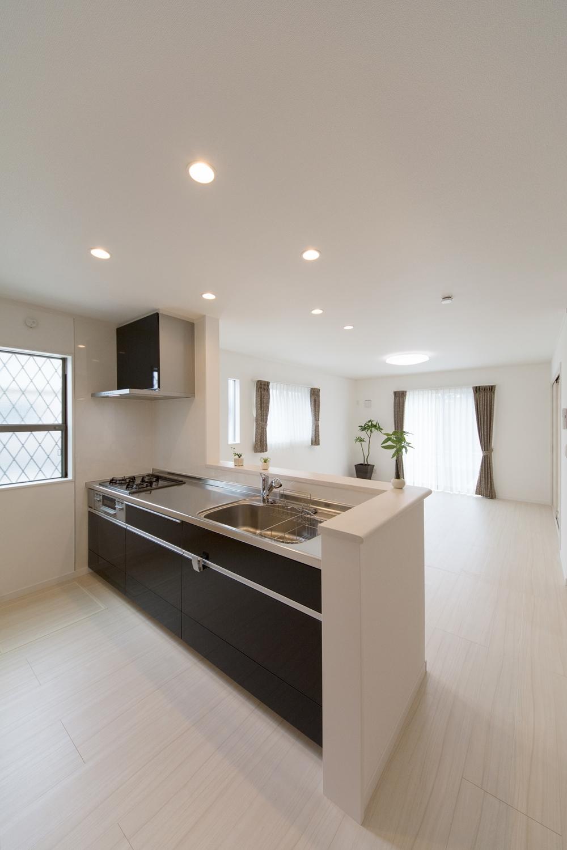 シックでエレガントな光沢を放つ、ディープグレー色のキッチン扉。