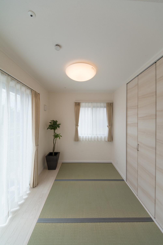 畳の「和」と、建具やフローリングの「洋」が融合したスタイリッシュな空間の1階畳敷きスペース。