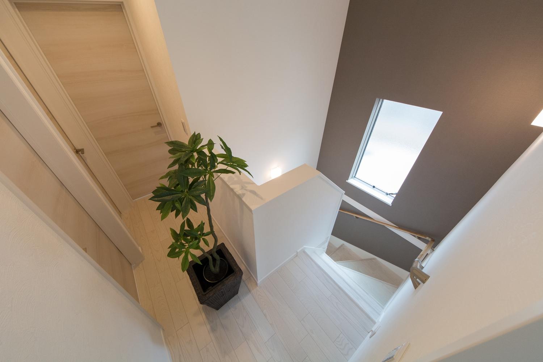窓からの穏やかな光が降り注ぐ開放感のある階段。アクセントクロスがスタイリッシュな印象に。