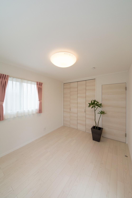 白を基調とした2F洋室。アッシュホワイトのフローリングが、爽やかで明るい空間を演出します。