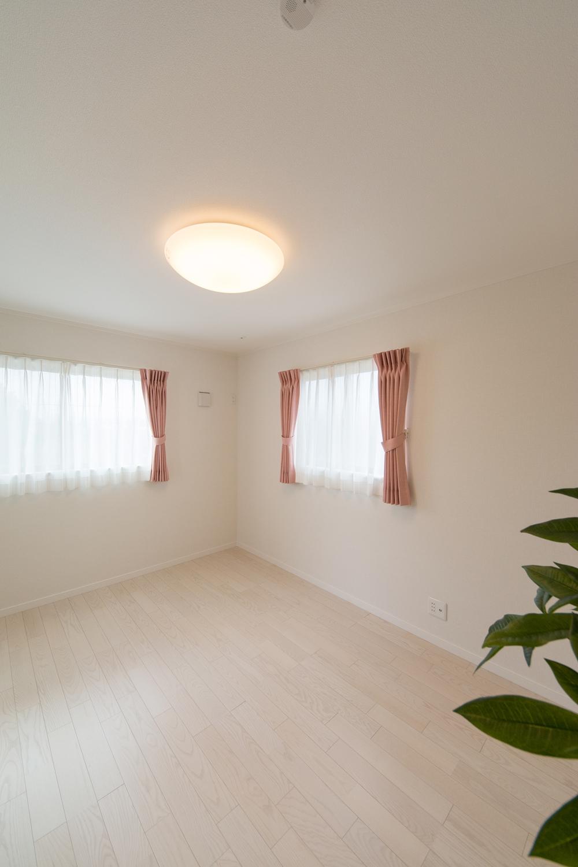 2面採光がもたらす豊かな光と風が上質な空間を演出する2階洋室。