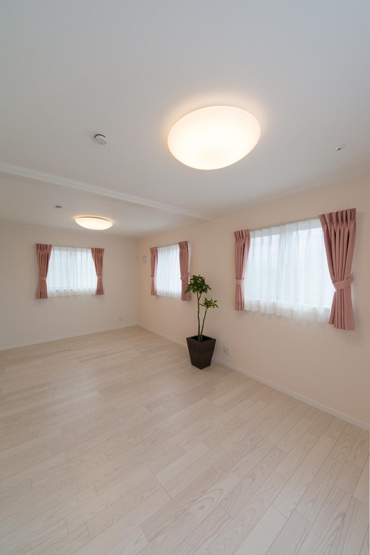 淡いピンク色のアクセントクロスが優しく温かみのある空間を演出。