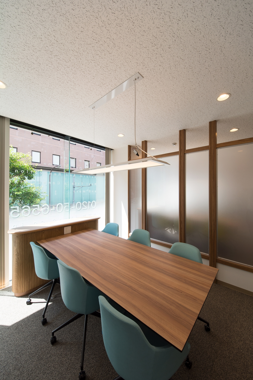 ブラウン系をベースにしたナチュラルな印象のミーティングブース。北欧カラーの家具を差し色にして温かみのある空間に。