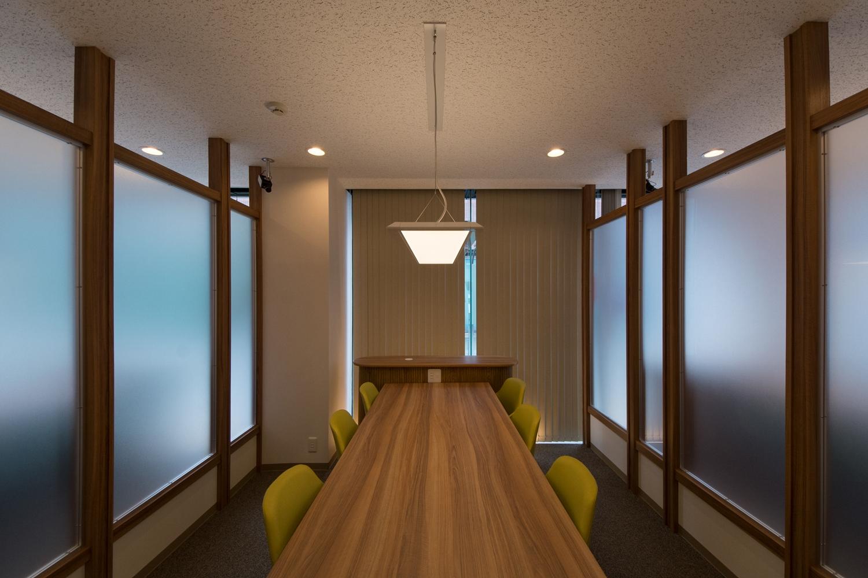 パーテーションはアクリル板を使用し圧迫感の出ない空間に。日中は自然光が良く入り開放的です。