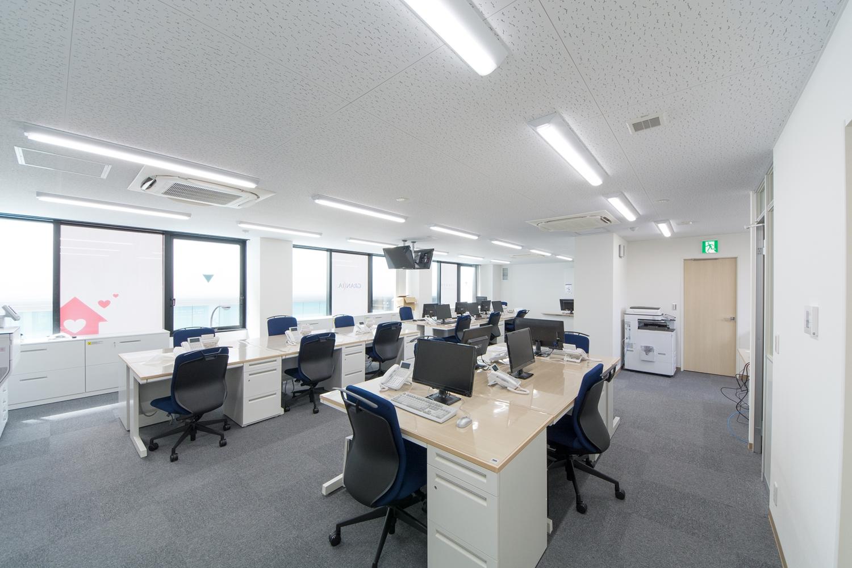 白を基調とした清潔感のあるオフィス。