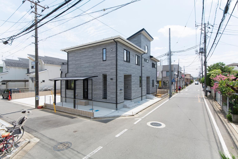 木枠コンクリート調の外壁にブラック色サッシを組み合わせたクールでスタイリッシュな印象の外観。