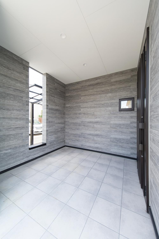 小世帯玄関/広々としたエントランスがお客様をお迎えします。