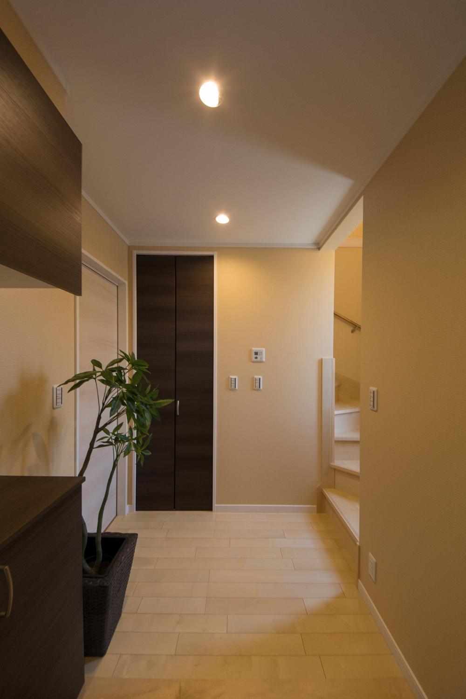 子世帯住居へは階段で。左のドアを開ければ親世帯住居へ。世帯間のゆるやかな繋がりを持つことができます。