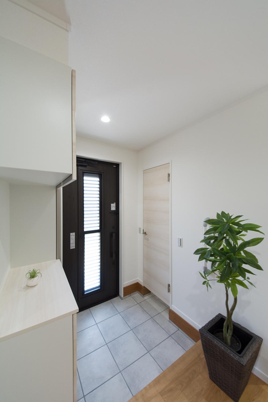 親世帯玄関/ドアのガラス部分から差し込む光が、明るく開放的ある空間を演出します。