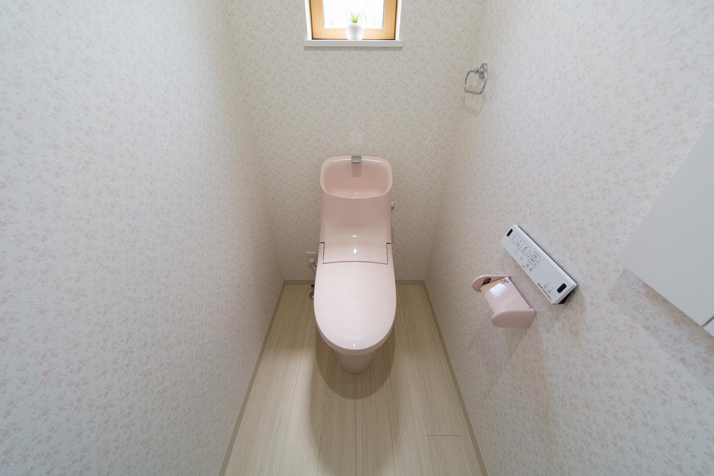 親世帯トイレ/花柄クロスとライトピンクが可愛らしい印象に。
