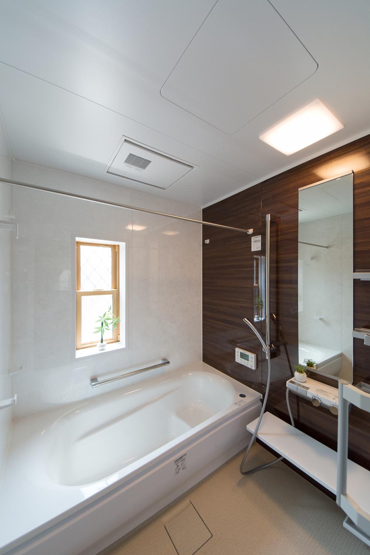親世帯バスルーム/木目調ブラウンのアクセントパネルが落ち着いた空間を演出。