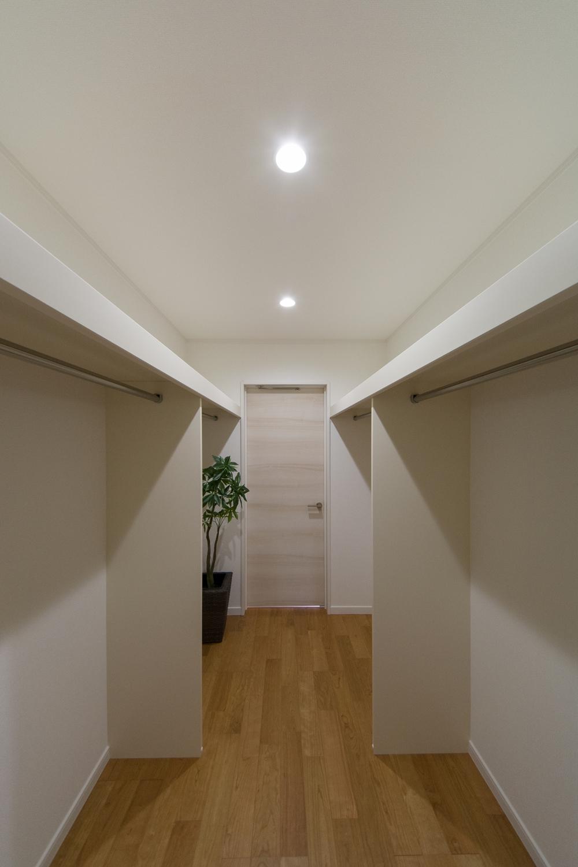 ウォークインクローゼット内(2.75帖)洋室側と廊下側の両方から出入りできます。