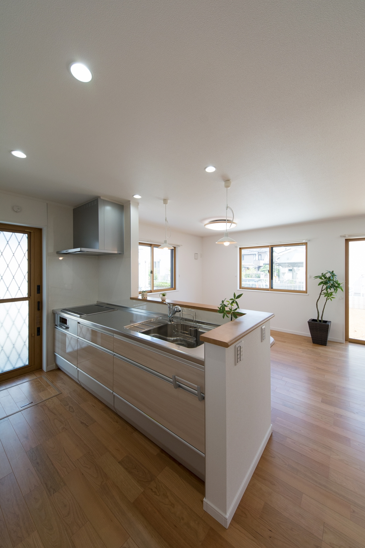 親世帯キッチン/木目調ベージュのキッチン扉がナチュラルな空間を演出。