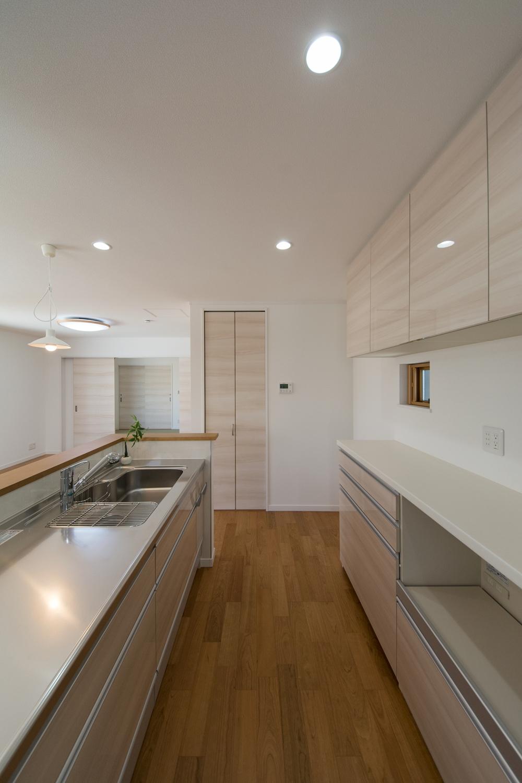 キッチン背面にはキッチンとお揃いカラーのカップボードを設置。