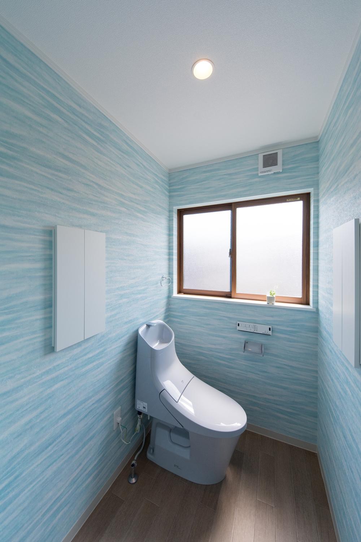 子世帯トイレ/ブルーのクロスとトイレが個性的な空間を演出。