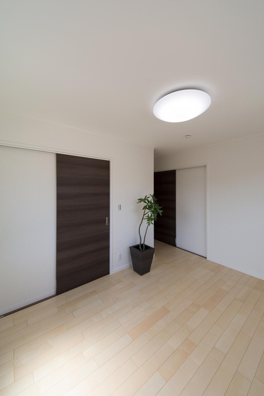 木の優しい風合いを感じる、穏やかでくつろげる洋室。ウォークインクローゼットを設えました。