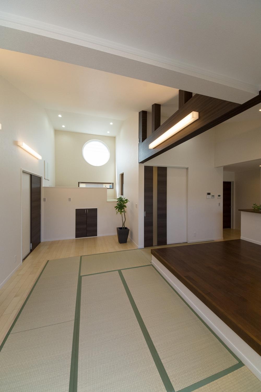 スタイリッシュな丸窓から自然光が差し込みます。温かみのある色の照明や、ダウンライトでモダンな雰囲気に。
