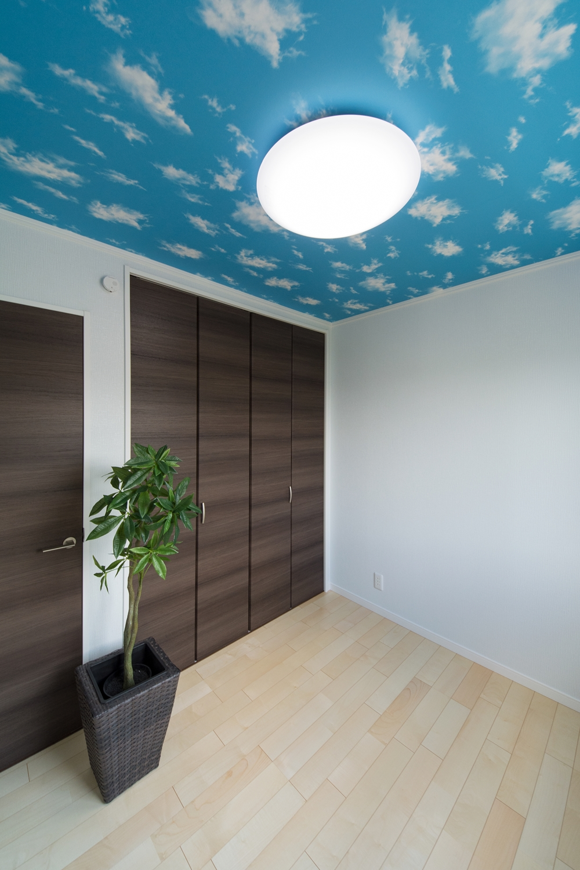 天井のクロスが個性的な空間を演出。