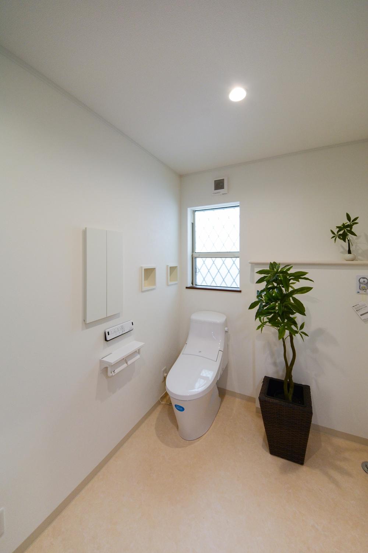 車椅子での移動の際に、ご家族が介助しやすい様、洗面室内にトイレを設置しました。