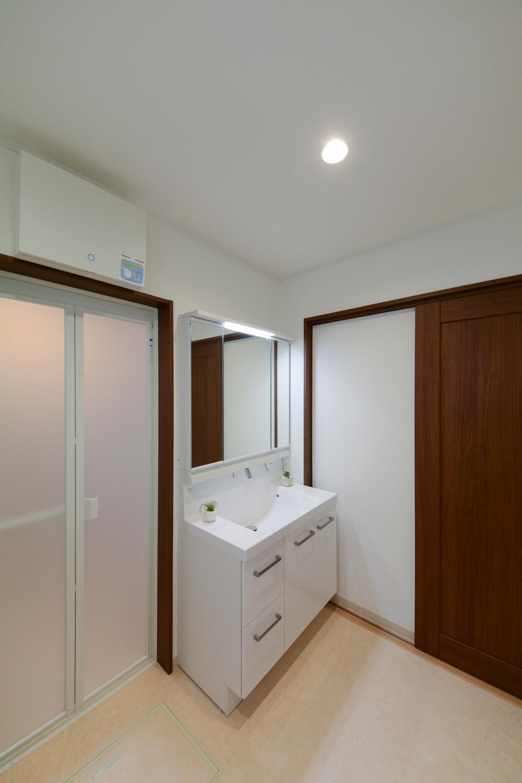 明るく広々とした洗面スペース。