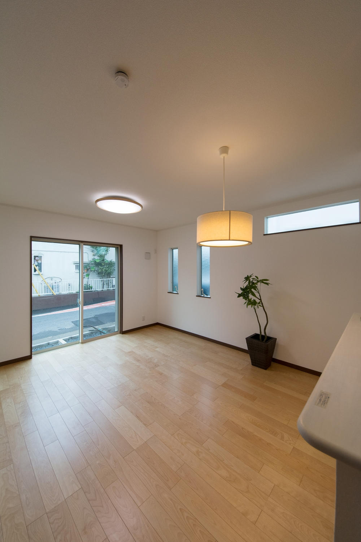 窓からの光が部屋全体を包み込みます。