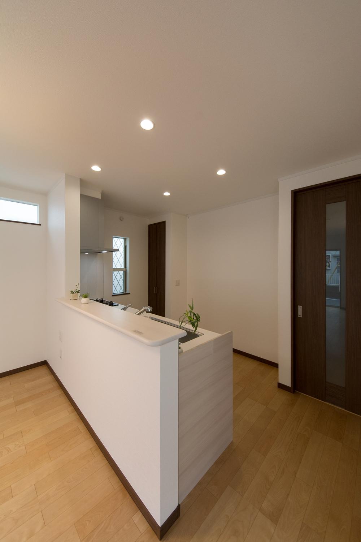 白を基調とした清潔感あるキッチンカウンター。