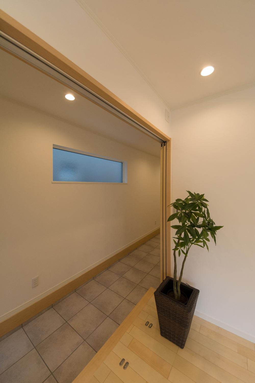 玄関/広い玄関土間とリビングをつなげて、開放的で一体感を感じられる空間となりました。