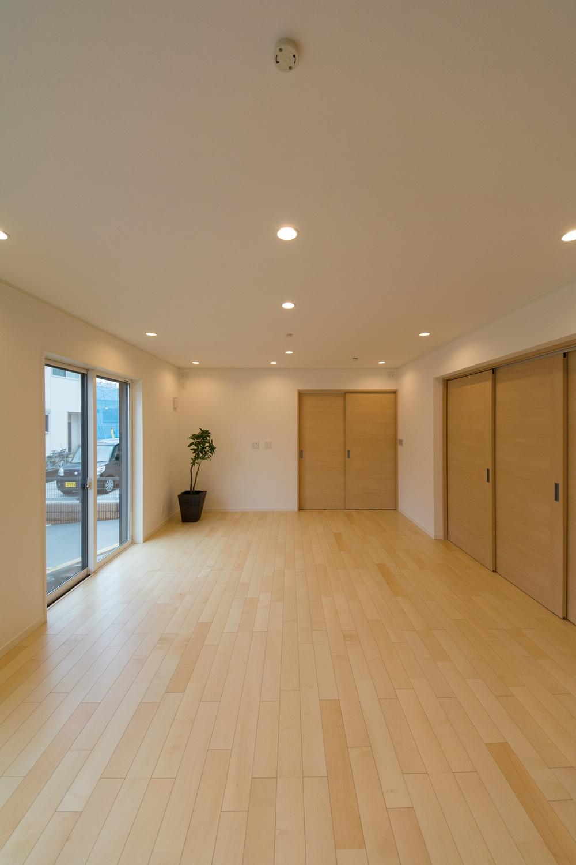 絹のきらめきと繊細な木肌のシカモアのフローリングが、穏やかで心地のよいリビング空間を演出。