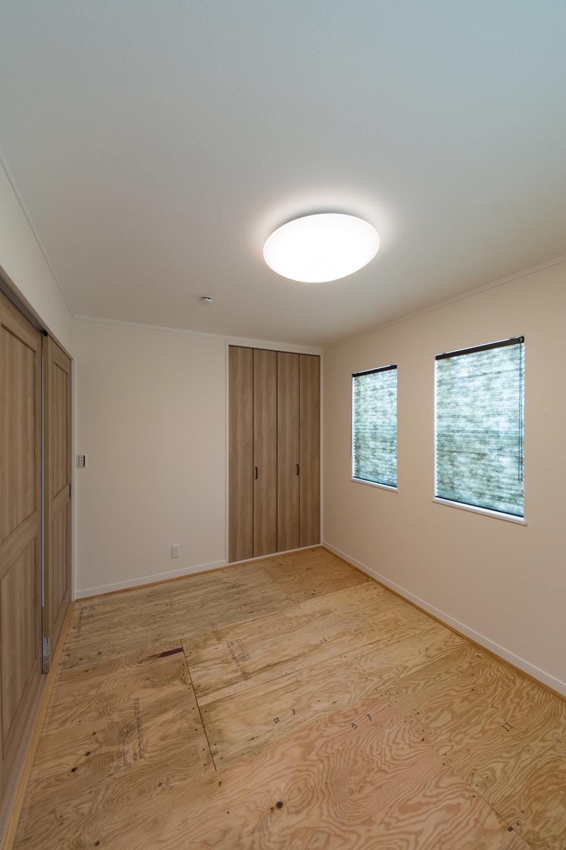モダンな印象に仕上がった1階畳敷き洋室(写真は畳設置前)