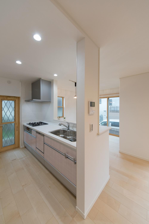 淡いローズ色のキッチン扉が可愛らしくキッチンを彩ります。