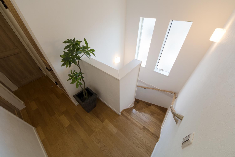 2連窓を設置し、通風も採光も良く開放感ある階段に。