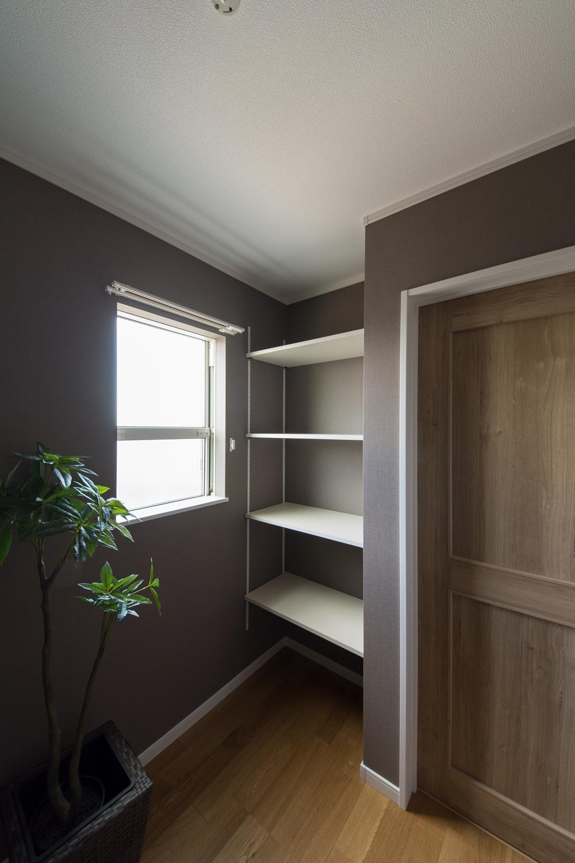 趣味や読書、好きな音楽を聴いたり、持ち帰った仕事を処理したりと居心地の良い隠れ家的書斎。