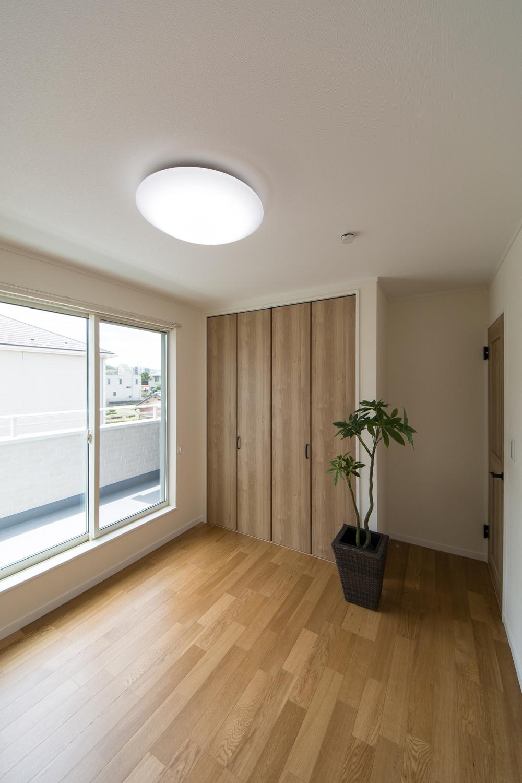 2階洋室もリビング同様の配色。オークのフローリングと木の優しい風合いの建具ががナチュラルな空間を演出。