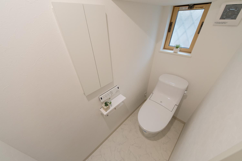 白を基調とした清潔感のある1Fトイレ。小窓からの光が明るさをプラスします。